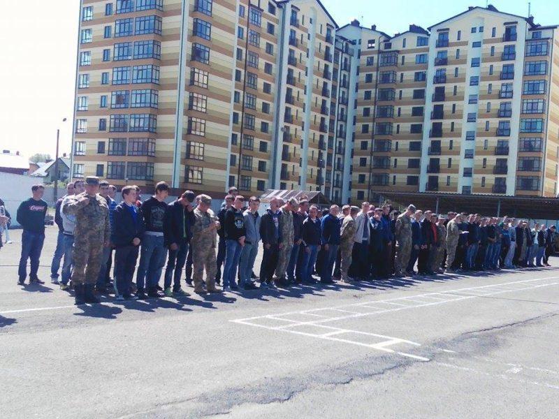 Прикарпатців урочисто провели на строкову службу в армії (ФОТО)