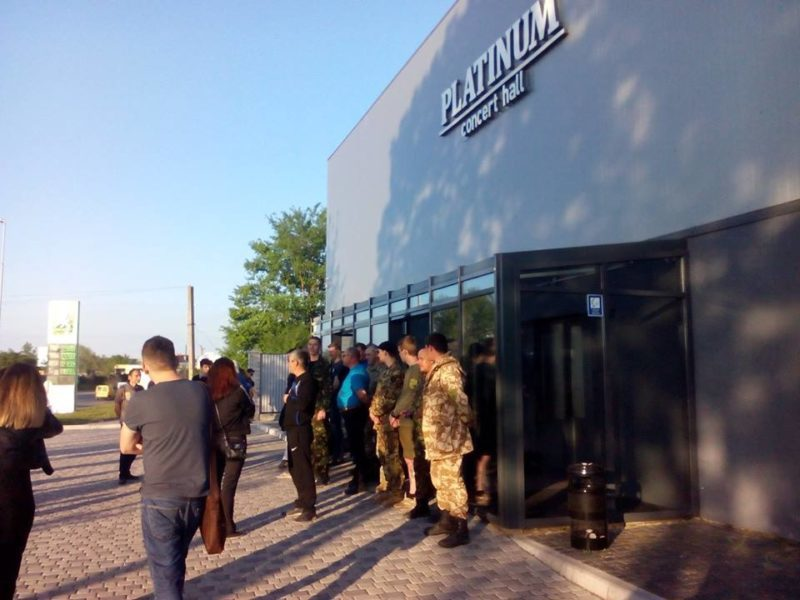 7dc46db31ddd9e Місцеві активісти зірвали концерт Світлани Лободи у Франківську (ФОТО,  ВІДЕО)