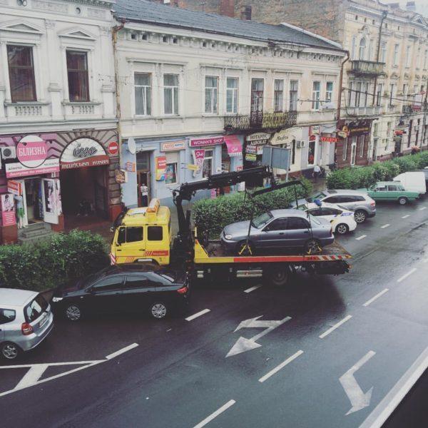 На Січових Стрільців евакуювали авто порушника правил дорожнього руху (ФОТОФАКТ)