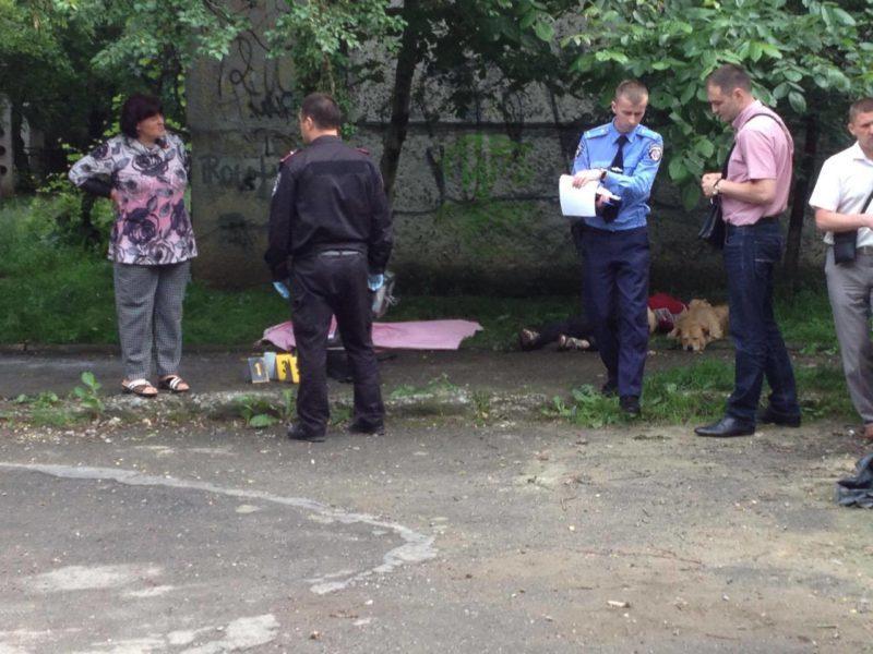 З'явилися фото з вбивства на Молодіжній: поблизу тіла жінки сумує її собака (ФОТО)