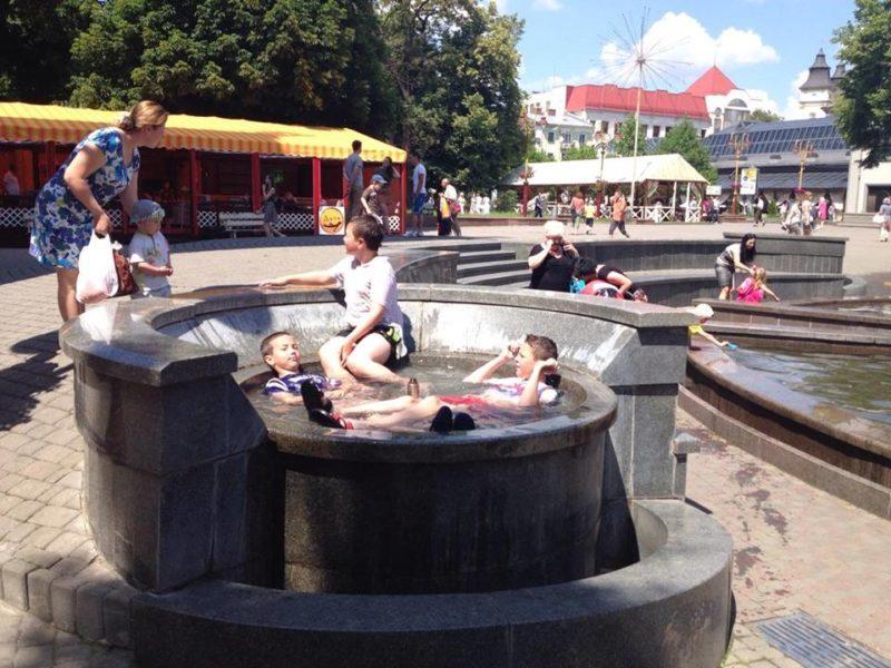 Дітлахи розпочали сезон купання у міському фонтані (ФОТО)
