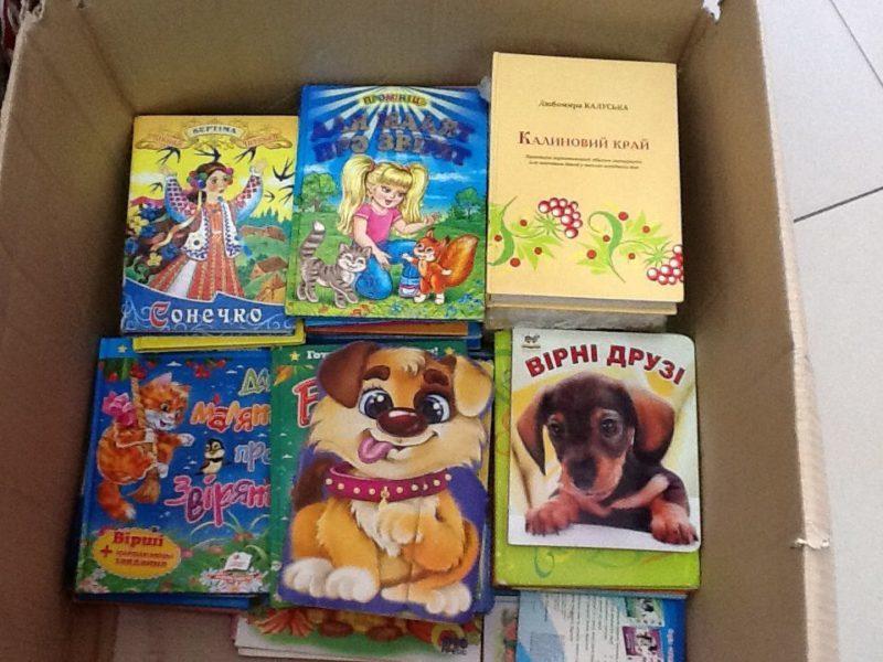 Дітям Сходу волонтери передали вишиванки та книжки (ФОТО)