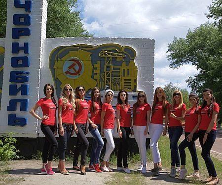 """Фіналісток """"Міс Україна Всесвіт"""" зняли у Чорнобилі на тлі муралу австралійця (ФОТО)"""