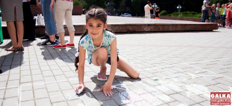 У місті влаштували конкурс малюнків крейдою з нагоди Дня захисту дітей (ФОТО)