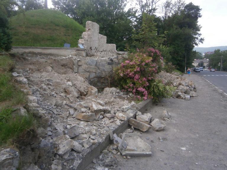 У Надвірній розпочали реконструкцію символічної могили (ФОТО)