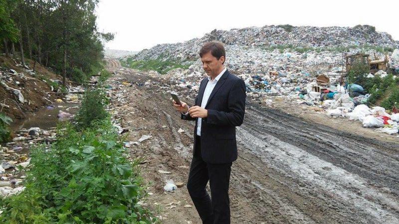 Скандальний екс-міністр екології прогулявся міським сміттєзвалищем