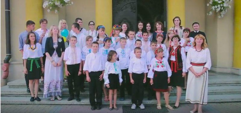 Франківські волонтери заспівали Гімн України з луганськими дітьми (ВІДЕО)