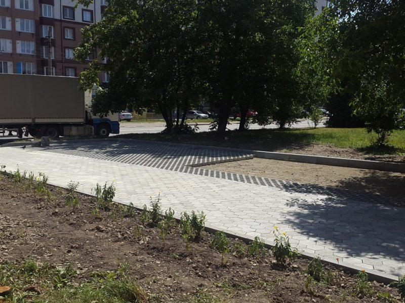 На вулиці Івана Павла ІІ облаштовують паркувальні кишені (ФОТО)