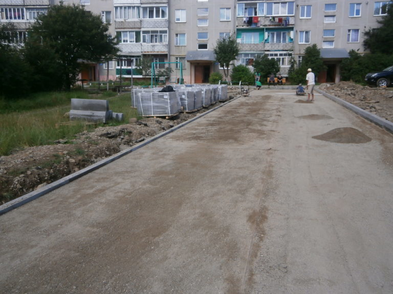 Стратегічно важливу для пішоходів вулицю Надвірної активно облаштовують бруківкою (ФОТО)