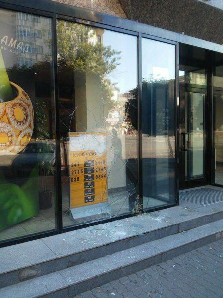 В центрі міста під ранок розбили вітрину ювелірної крамниці (ФОТОФАКТ)