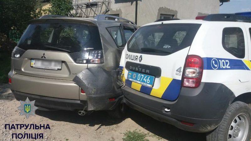 У Франківську нетверезий поліцейський на службовій автівці збив дві огорожі та врізався в позашляховик (ФОТО)