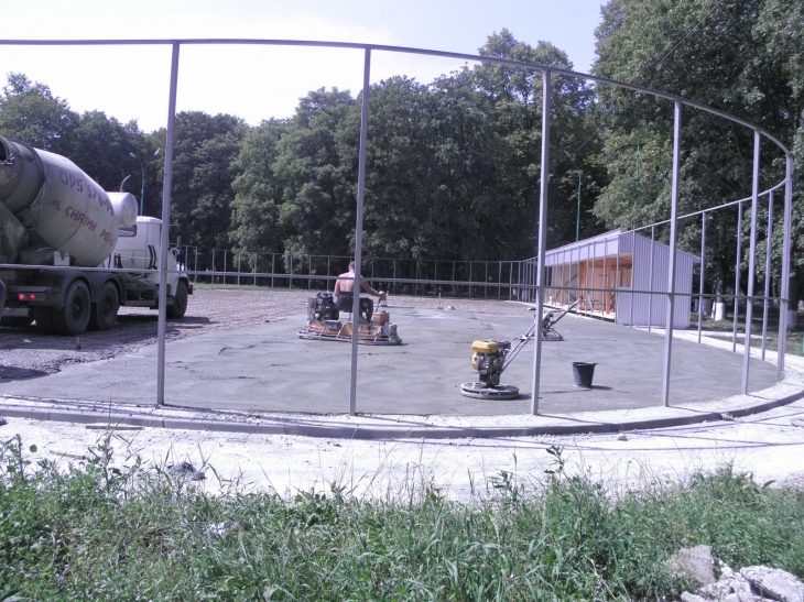 У Снятині триває будівництво льодового майданчика