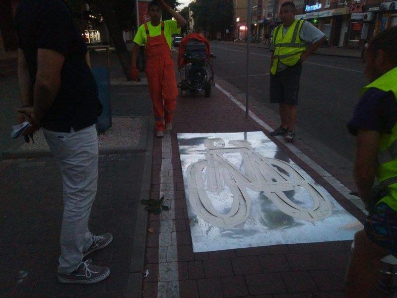 На велодорожці на Галицькій нанесли трафарети (ФОТО)