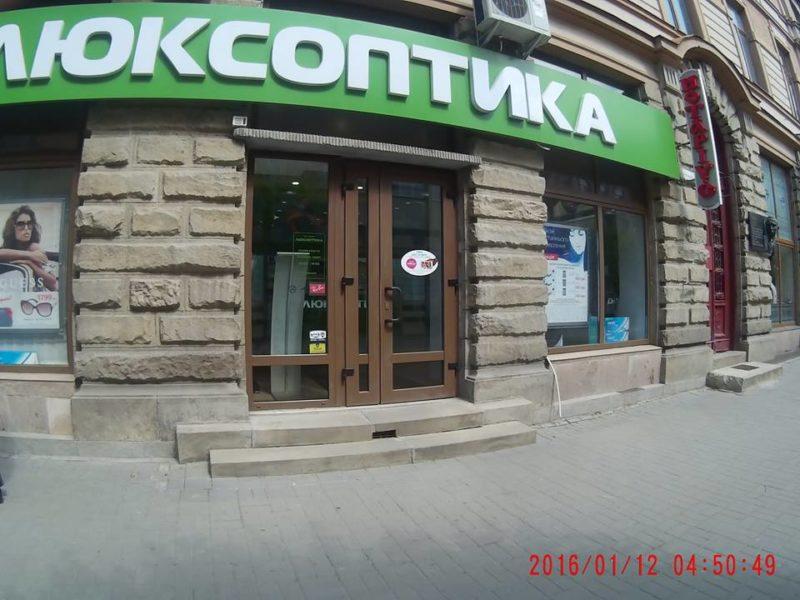 У Франківську підприємець зняв свою незаконно встановлену вивіску (ФОТОФАКТ)