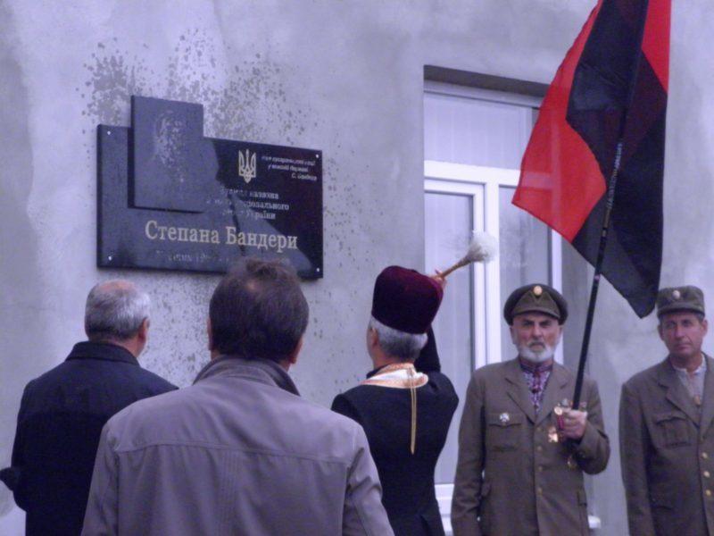 Пам'ятну дошку Степану Бандері урочисто відкрили у Снятині (ФОТО)