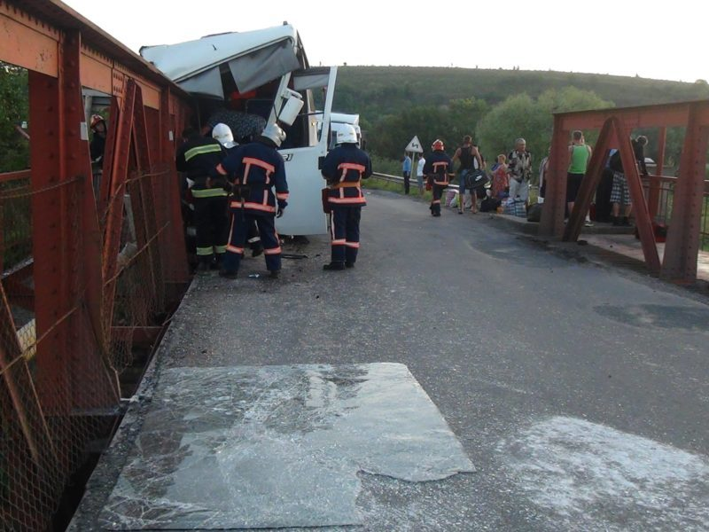Після зіткнення автобуса з опорою моста в лікарні вже дев'ять травмованих (ФОТО)