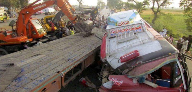 У Пакистані весільний автобус впав в ущелину, загинули 25 осіб