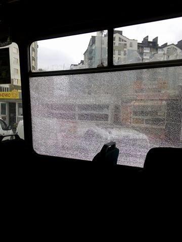 Франківці скаржаться на маршрутку, яка їздить з розбитим вікном (ФОТО)