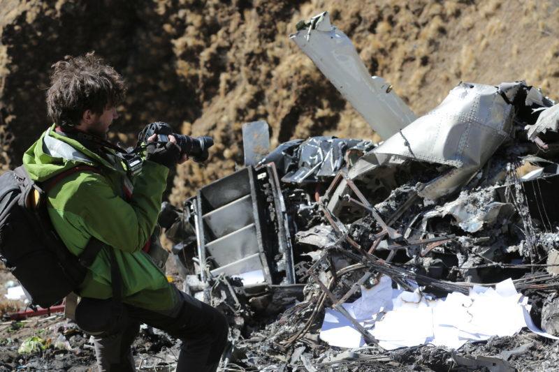 """""""Світ навиворіт"""" показав спеціальний репортаж з місця авіакатастрофи (ВІДЕО)"""