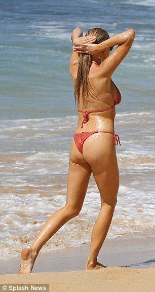 Найсексуальніша жінка планети засвітила розкішну фігуру в бікіні (ФОТО)