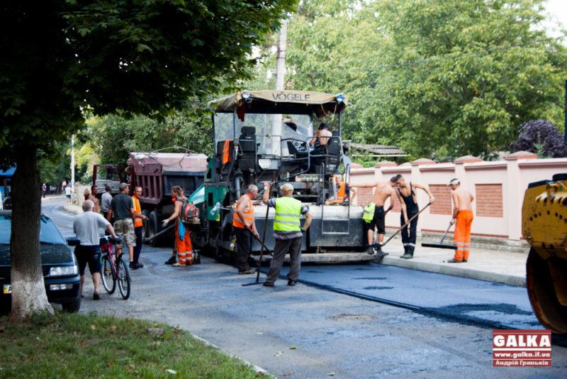 Дорожники покрили асфальтом багатостраждальну вулицю Хмельницького (ФОТО)
