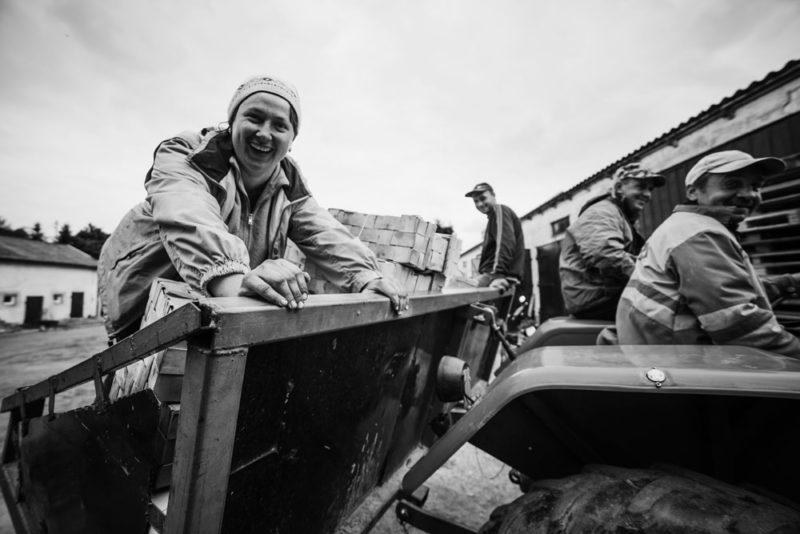 """Український фотограф показав """"чорно-біле"""" життя наших заробітчан (ФОТО)"""