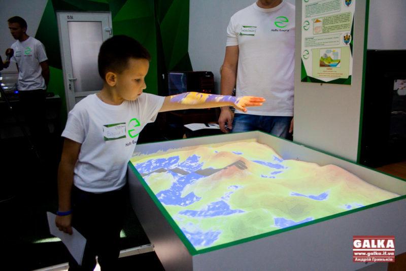 Енергія з велосипеда та інтерактивна пісочниця. У Франківську відкрилося Наукове містечко (ФОТО)