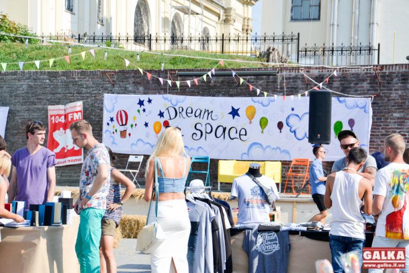 """Франківців знайомлять з молодими виробниками одягу та хендмейду на ярмарку """"Dream Space"""" (ФОТО)"""