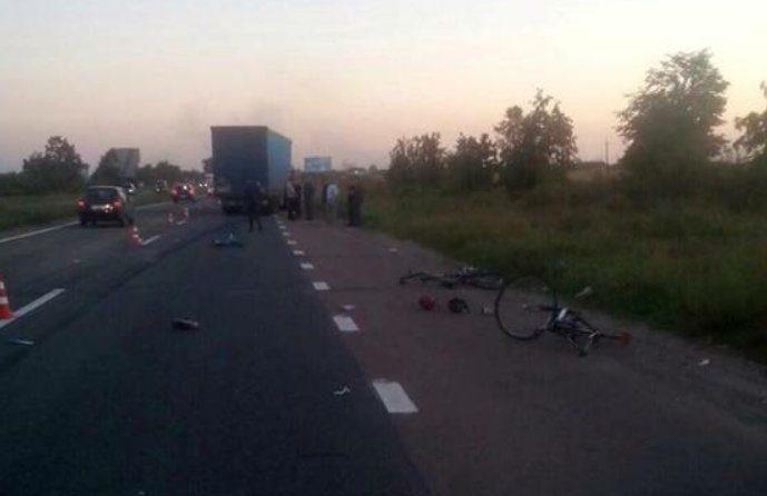 Фура збила групу велосипедистів під Києвом – загинула дитина