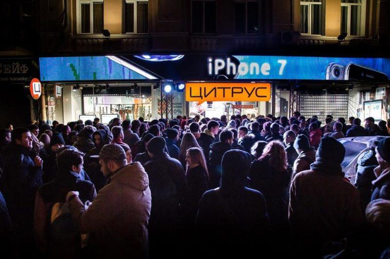 Тиснява та довжелезні черги: як українці з ночі готувались купити iPhone 7 (ФОТО)