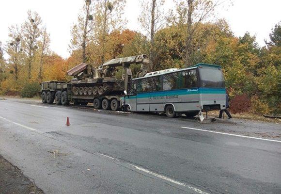 Автобус з Франківська врізався у військовий тягач на Вінничині (ФОТО,ВІДЕО)