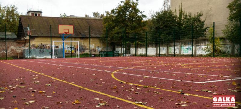 У Франківську встановили новий спортивний майданчик із штучним покриттям (ФОТО)