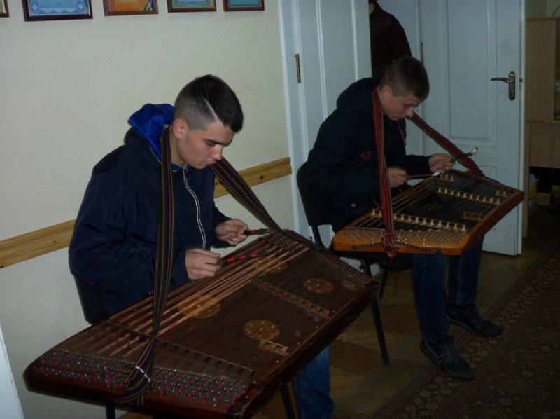 Гри на цимбалах навчали прикарпатських чиновників (ФОТОФАКТ)