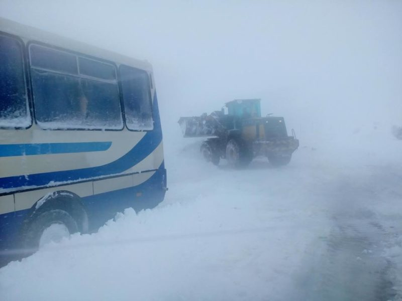 На Прикарпатті у заметі застрягли два автобуси з пасажирами