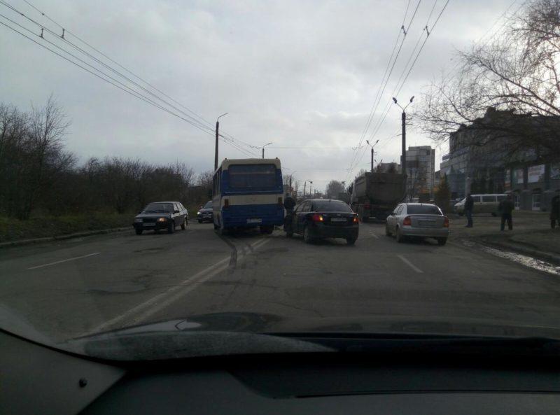 На Івасюка в аварію втрапив рейсовий автобус (ФОТО)