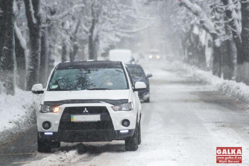 Закриті школи та дитсадки, розпач водіїв і комунальників. Як Франківськ два роки тому зиму зустрічав (ФОТОРЕПОРТАЖ)