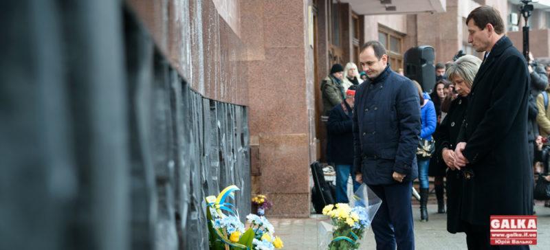 Пам'ятний знак Небесній Сотні урочисто відкрили на стіні міської ради (ФОТО)