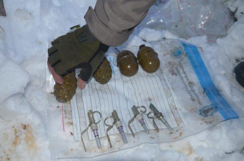 Двох військових ЗСУ спіймали на продажі зброї цивільним