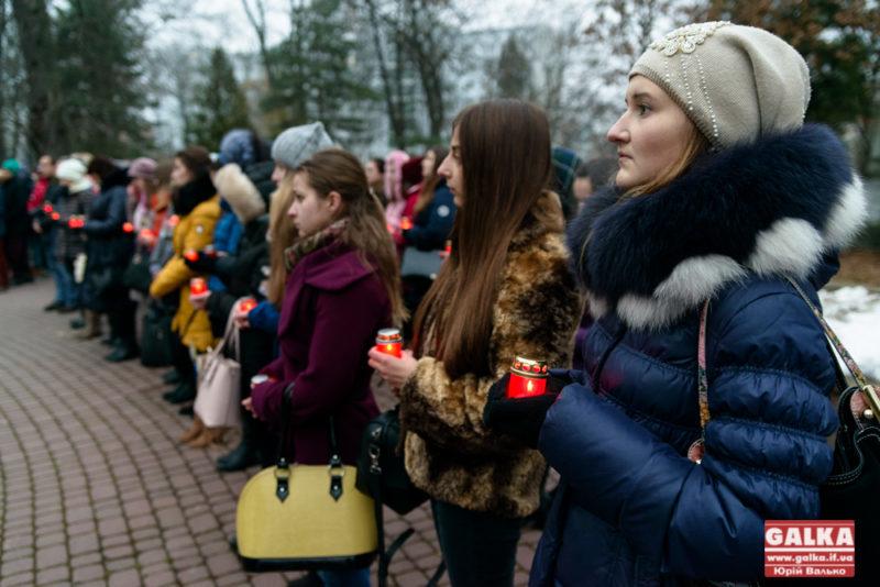 Франківські студенти запалили свічки, щоб вшанувати пам'ять жертв Голодомору (ФОТО)