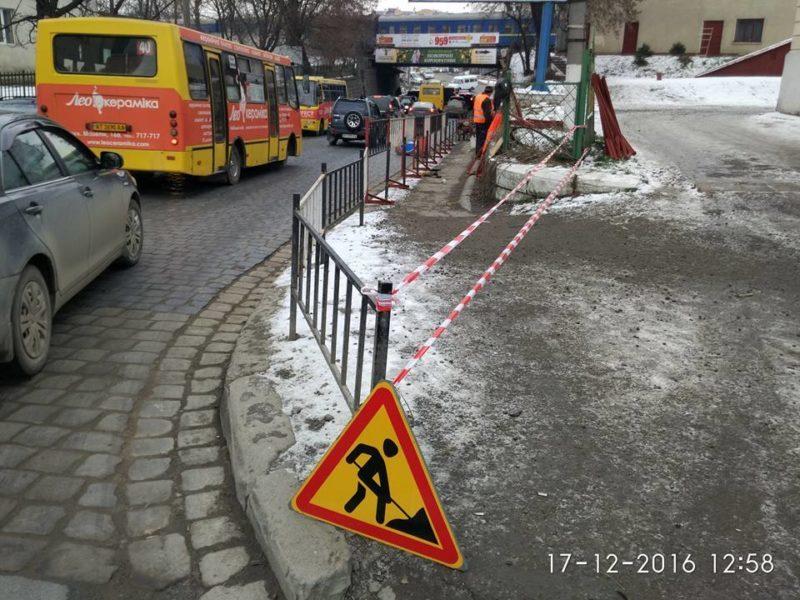 Завершили ремонт тротуару під мостом на Вовчинецькій (ВІДЕО)