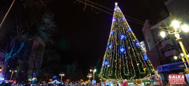 По святах: в Івано-Франківську починають демонтовувати новорічні прикраси