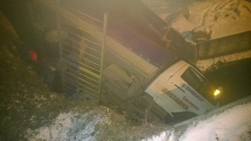 Найкумедніше ДТП року: під Франківськом неуважний водій знайшов свій фургон під мостом (ФОТО)
