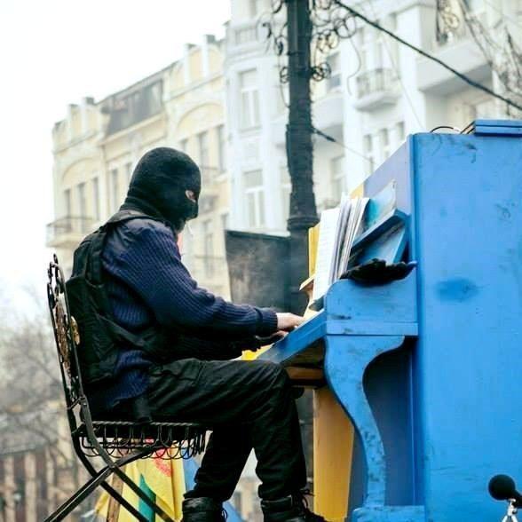 Як не крути, я – колишній тітушка, – піаніст Майдану