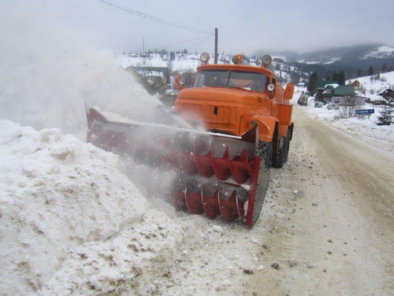 Дорожники Франківщини продовжують розчищати дороги від снігу (ФОТО)