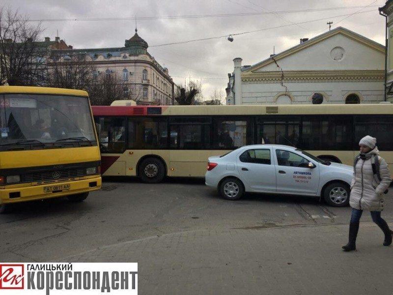 У центрі Франківська зіткнулися маршрутка і легковик (ФОТОФАКТ)