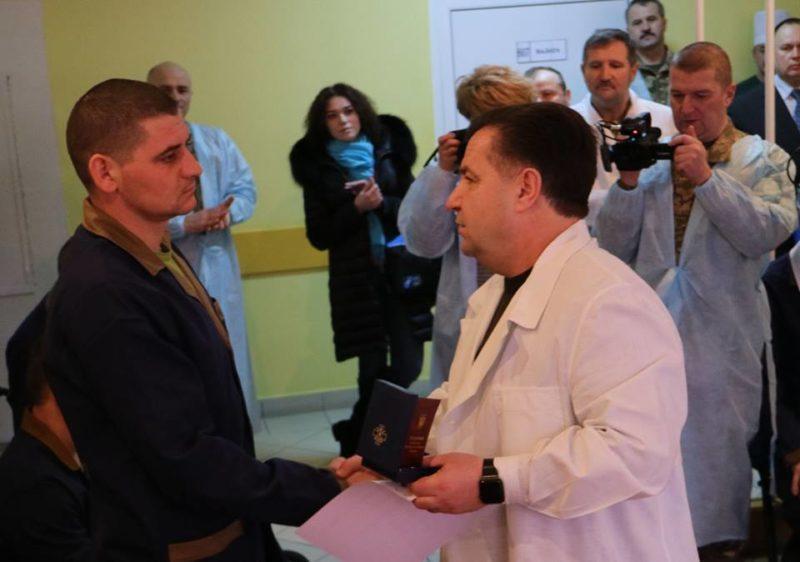 Поранений в АТО прикарпатець в шпиталі отримав нагороду від Міністра оборони (ФОТОФАКТ)