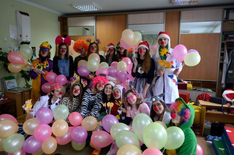 Пацієнтів обласної дитячої лікарні лікували сміхотерапією (ФОТО)