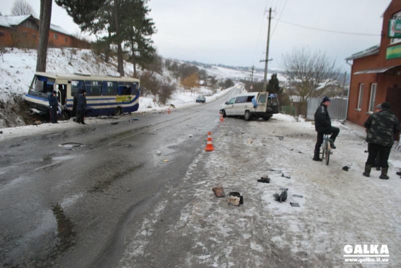 Суботня ДТП на Прикарпатті: після зіткнення автобуса та мінівена вісім людей у лікарні (ФОТО)