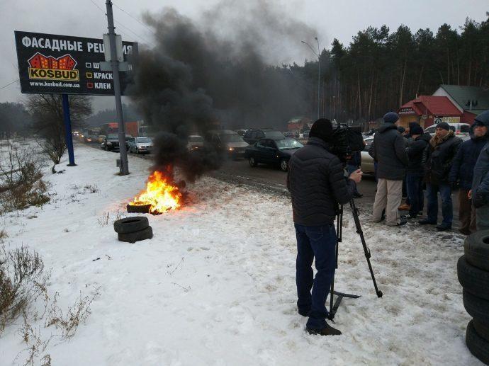 Близько двохсот людей частково блокують в'їзди до Києва