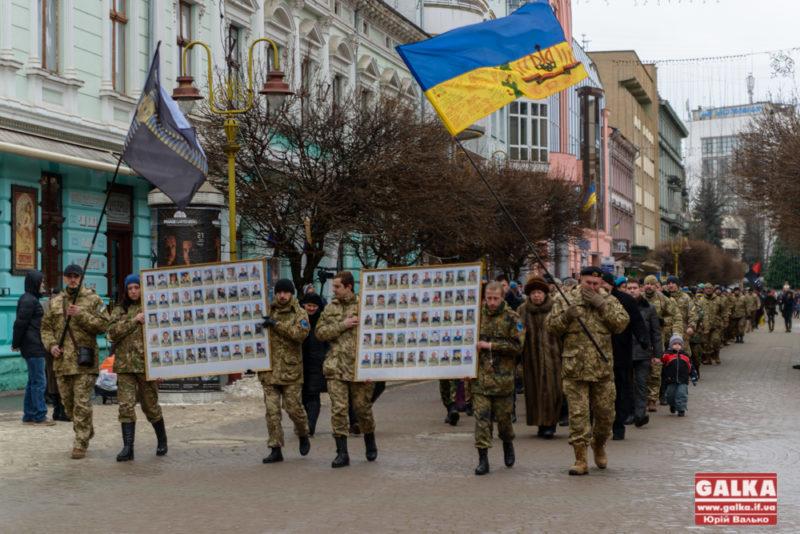 """Не забути жертву """"кіборгів"""": франківці вшанували живих та полеглих захисників Донецького аеропорту (ФОТО)"""